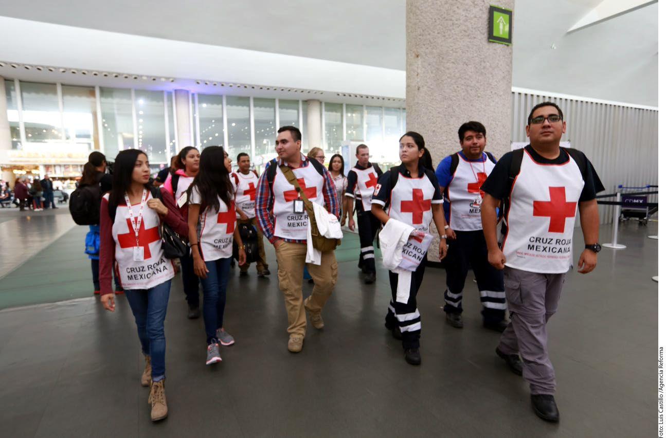 Un grupo de miembros de la Cruz Roja mexicana partiendo desde la Ciudad de México rumbo a Houston para ayudar a los damnificados de Harvey. Foto AGENCIA REFORMA.