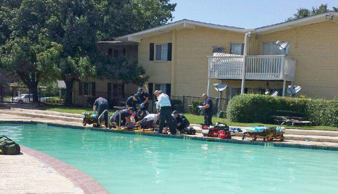 Esta era la escena el miércoles en la alberca de Irving donde se ahogó una niña y otros dos menores estuvieron a punto de perder la vida. (Especial para DMN/DAVID STEELE)