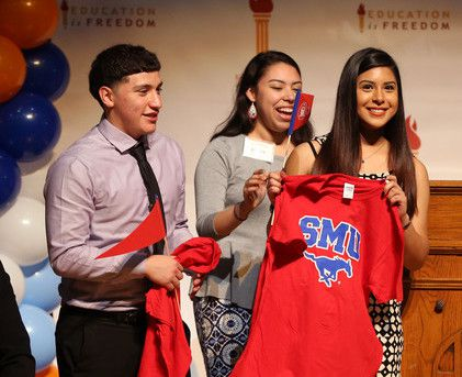 Andrew Mendoza y Jireh Triana (der.) serán estudiantes que se transferirán a SMU como parte del programa Dallas County Promise. ROSE BACA/DMN