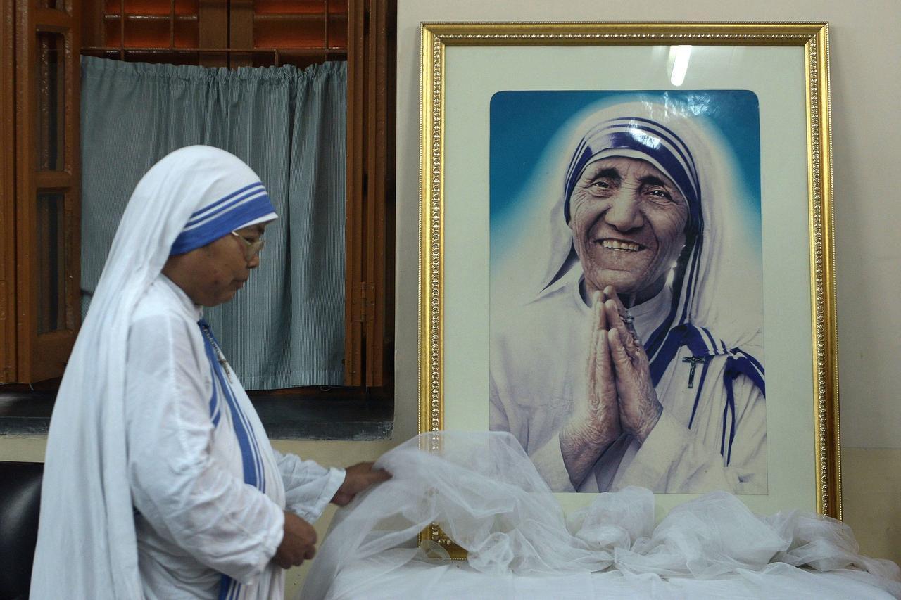 Una monja de las Misioneras de la Caridad junto a una imagen de la Madre Teresa, que sería santificada en septiembre. (AFP/GETTY IMAGES/DIBYANGSHU SARKAR)