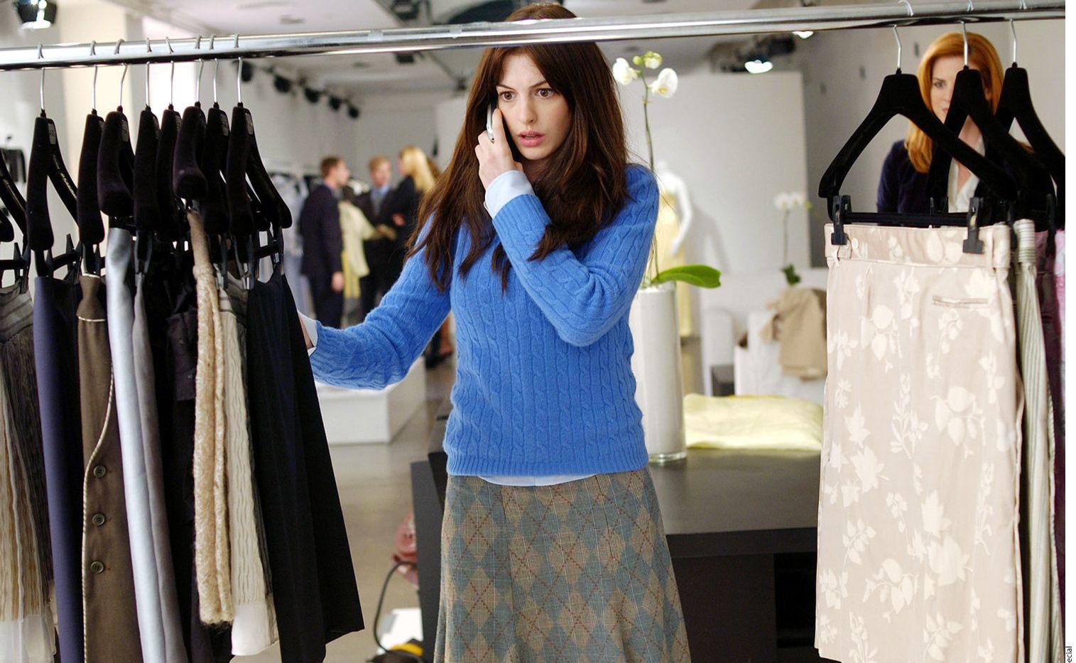 Una desenfadada chica de Nueva York se convierte en la asistente de Miranda Priestly, la cínica y poderosa directora de una revista especializada en el mundo de la moda. (AGENCIA REFORMA)