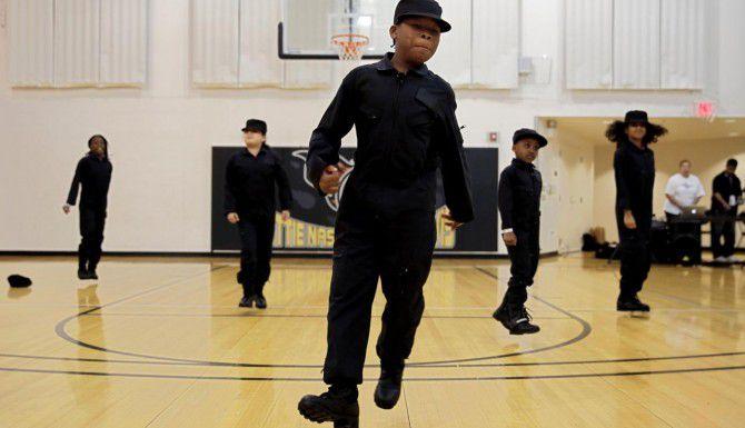 Miembros de un grupo de baile de la primaria Anderson de Dallas participan en un evento contra el bullying este fin de semana. (DMN/G.J. McCARTHY)