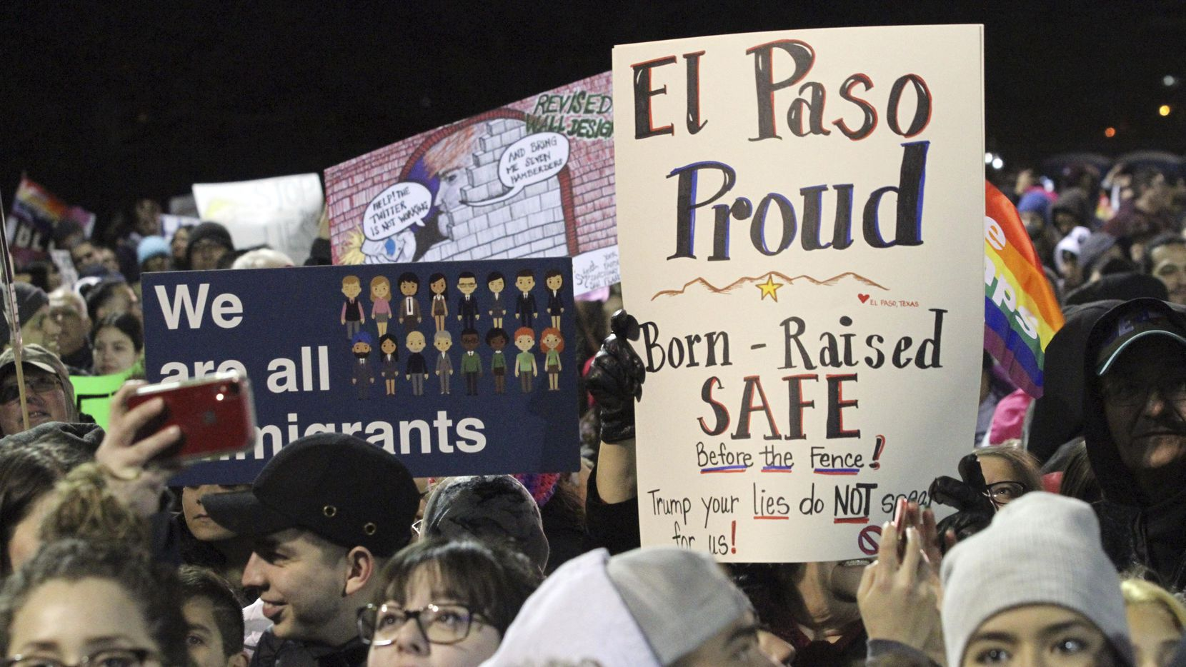 Residentes de El Paso se manifestaron durante la visita del presidente Donald Trump a esta ciudad fronteriza el 11 de febrero.(AP)
