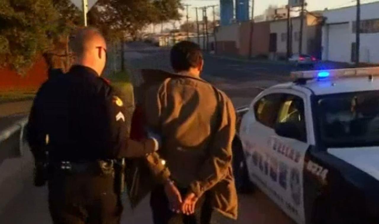 Un indigente detenido durante el operativo de la Policía de Dallas.(NBC5)