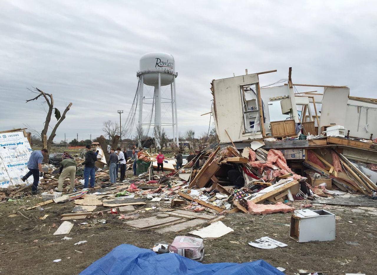 Voluntarios forman una fila mientras remueven escombros de los tornados que arrasaron Rowlett y otras ciudades del Norte de Texas el 26 de diciembre. (Staff photographer/GUY REYNOLDS)
