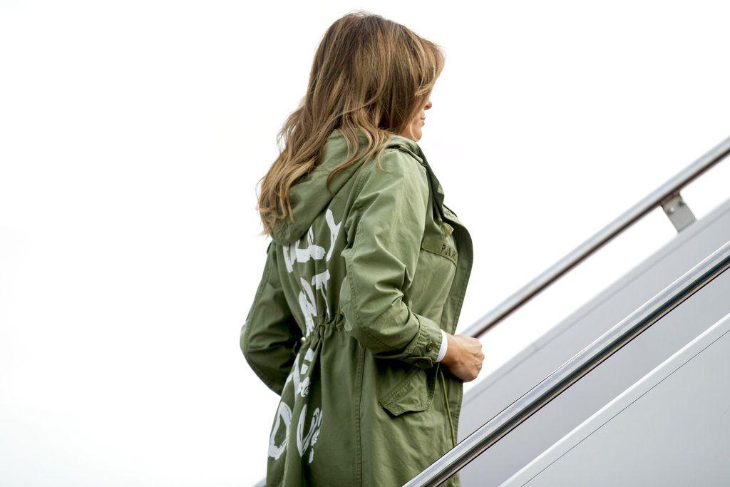 """Melania Trump abordó un vuelo a una instalación que aloja a niños migrantes separados de sus padres con un jacket que decía """"Realmente no me importa, ¿verdad?""""/ AP"""