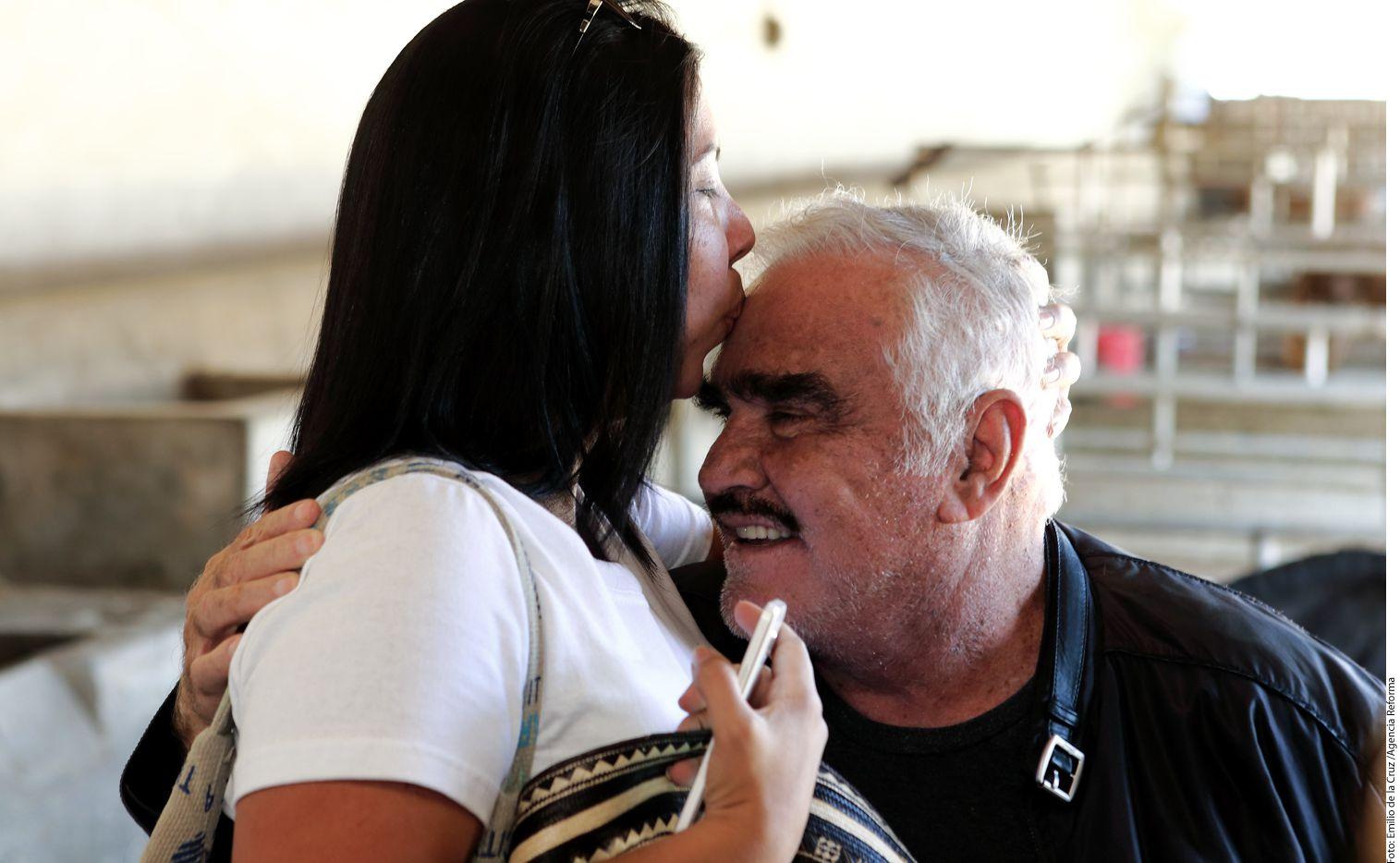 Con su característico humor pícaro, Vicente Fernández besuqueó y se dejó besar en la boca por sus admiradoras./AGENCIA REFORMA