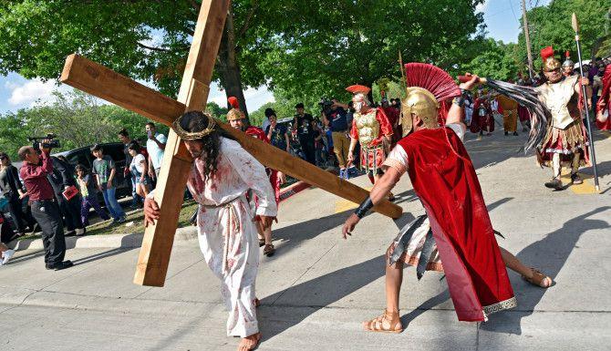 la escenificación del Viacrucis de la parroquia St. Bernard of Clairvaux de Dallas, el Viernes Santo, en east Dallas. BEN TORRES/ ESPECIAL PARA AL DIA.