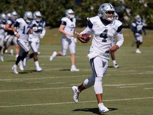 Dak Prescott entrenando con los Dallas Cowboys. Dez Bryant y Tyron Smith no podrán practicar este miércoles por lesiones. Foto DMN