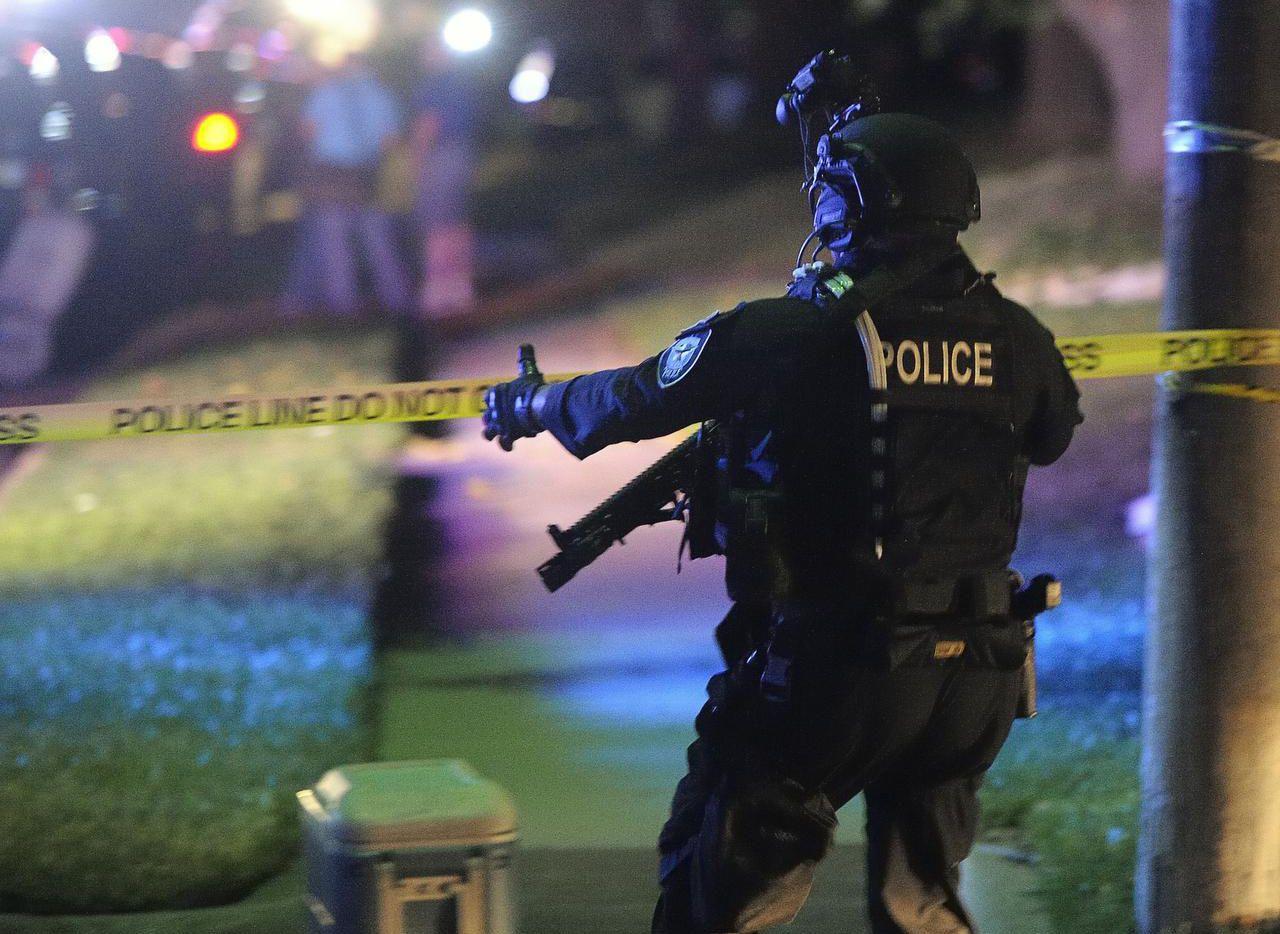 Un miembro del equipo SWAT de la policía de Fort Worth durante el incidente en Fort Worth el viernes pasado. (TNS/MAX FAULKNER)