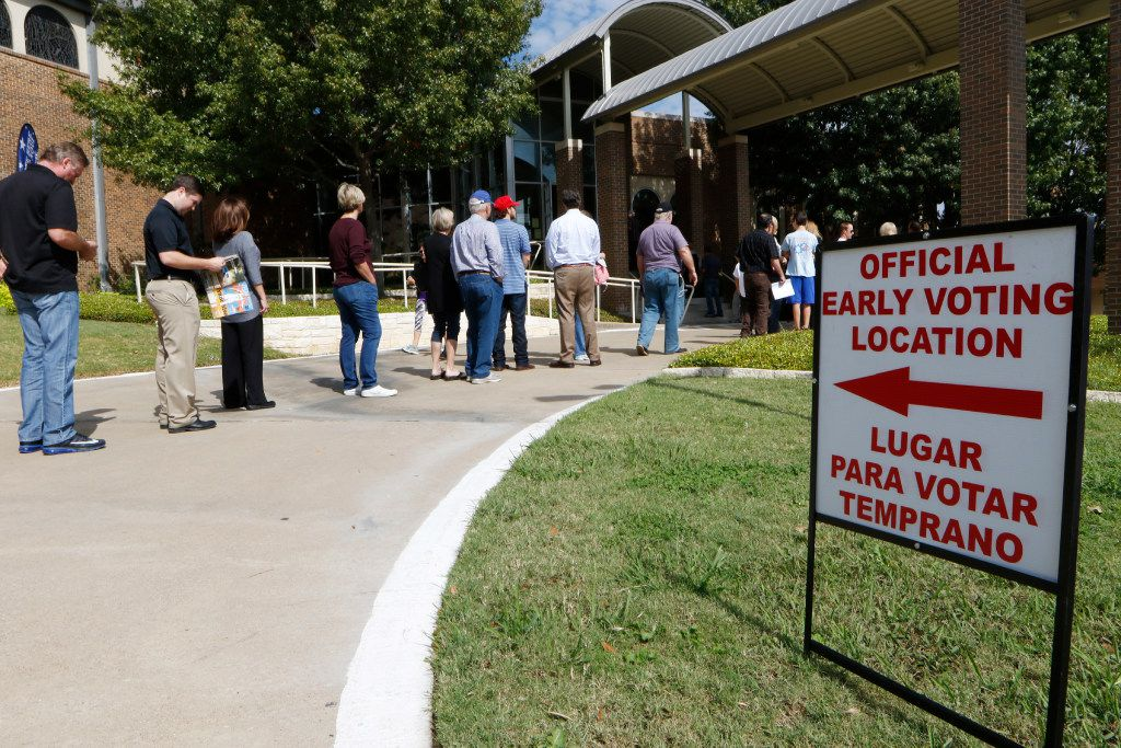 Voters waited to vote early at Our Redeemer Lutheran Church in Dallas on Monday, October 24, 2016. (David Woo/Staff Photographer)