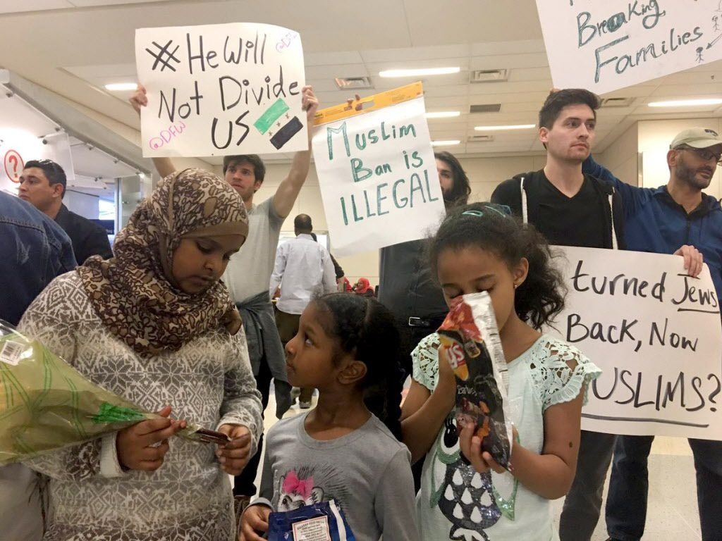 Familiares de una abuela de Sudan esperaban su llegada en el aeropuerto DFW/    (Jae S. Lee/The Dallas Morning News)