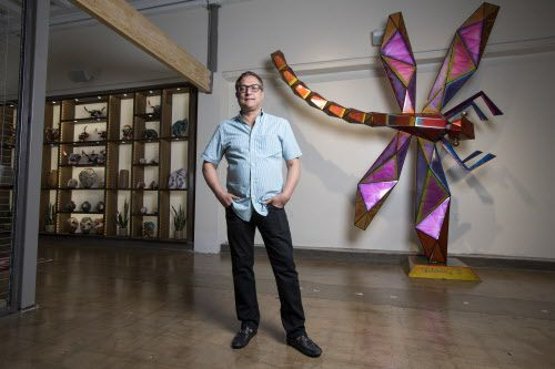 "Jorge Baldor, fundador del Mercado369 posa frente a ""libélula"", una escultura del artista oaxaqueño Fernando Andriacci. (Jeffrey McWhorter/Especial para DMN)"