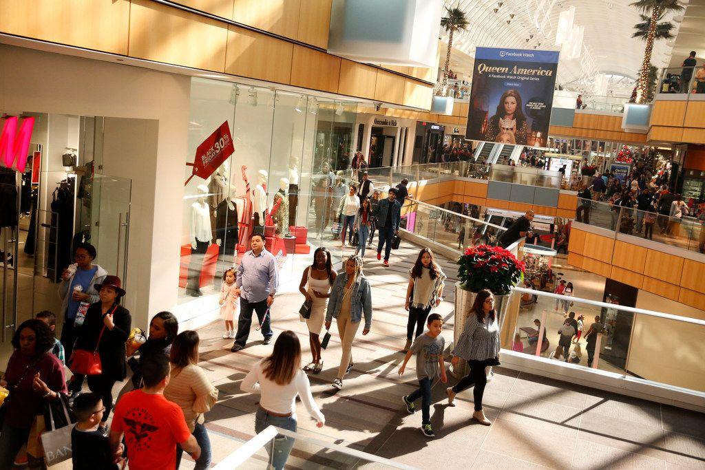 People shopping at Galleria Dallas in Dallas on Nov. 23, 2018. (Nathan Hunsinger/The Dallas Morning News)