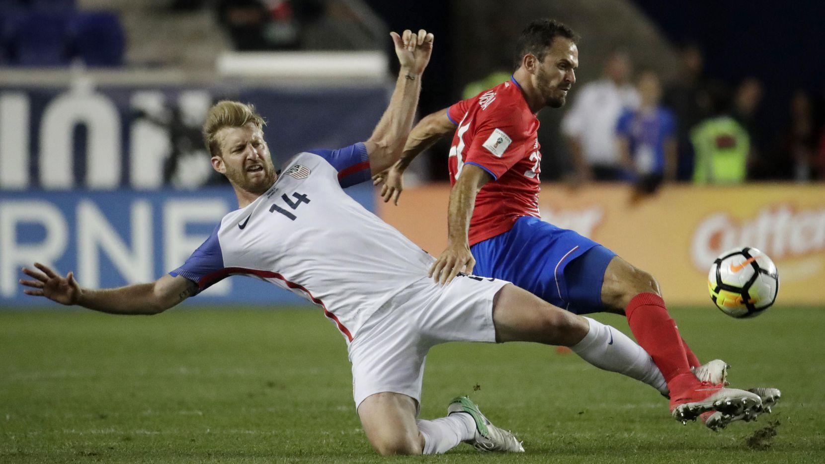 Tim ream, defensor de Estados Unidos, marca a Marco Urena, delantero de Costa Rica en el partido de eliminatoria el viernes en Harrison, N.J. (AP/JULIO CORTEZ)