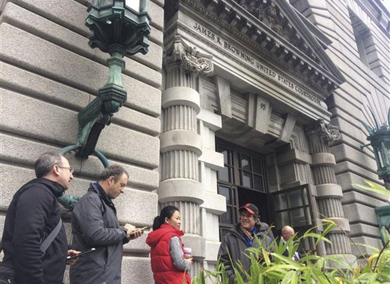 Miembros de la prensa fuera de la Corte Federal de Apelaciones del 9no Cricuito en San Francisco el jueves 9 de febrero de 2017. (AP/HAVEN DALEY)