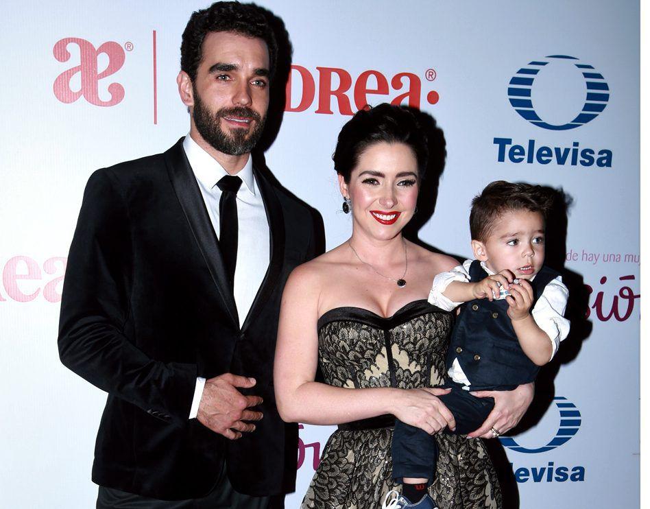 Marcus Ornellas y Ariadne Diaz junto a su hijo./AGENCIA REFORMA
