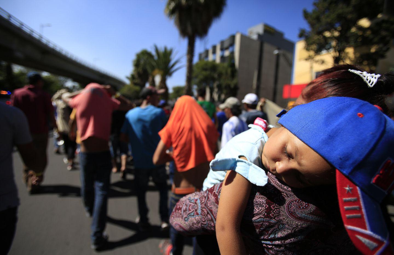 Una nina Hondureña duerme en loa brazos de su madre inmigrante en la Ciudad de México. AP