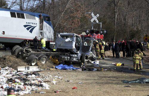Un tren que llevaba a senadores y representantes republicanos a West Virginia chocó con un camión. Hubo un fallecido. AP