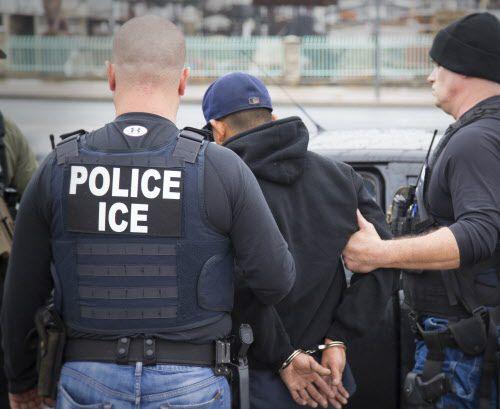 Agentes de ICE arrestan a un inmigrantes. AP