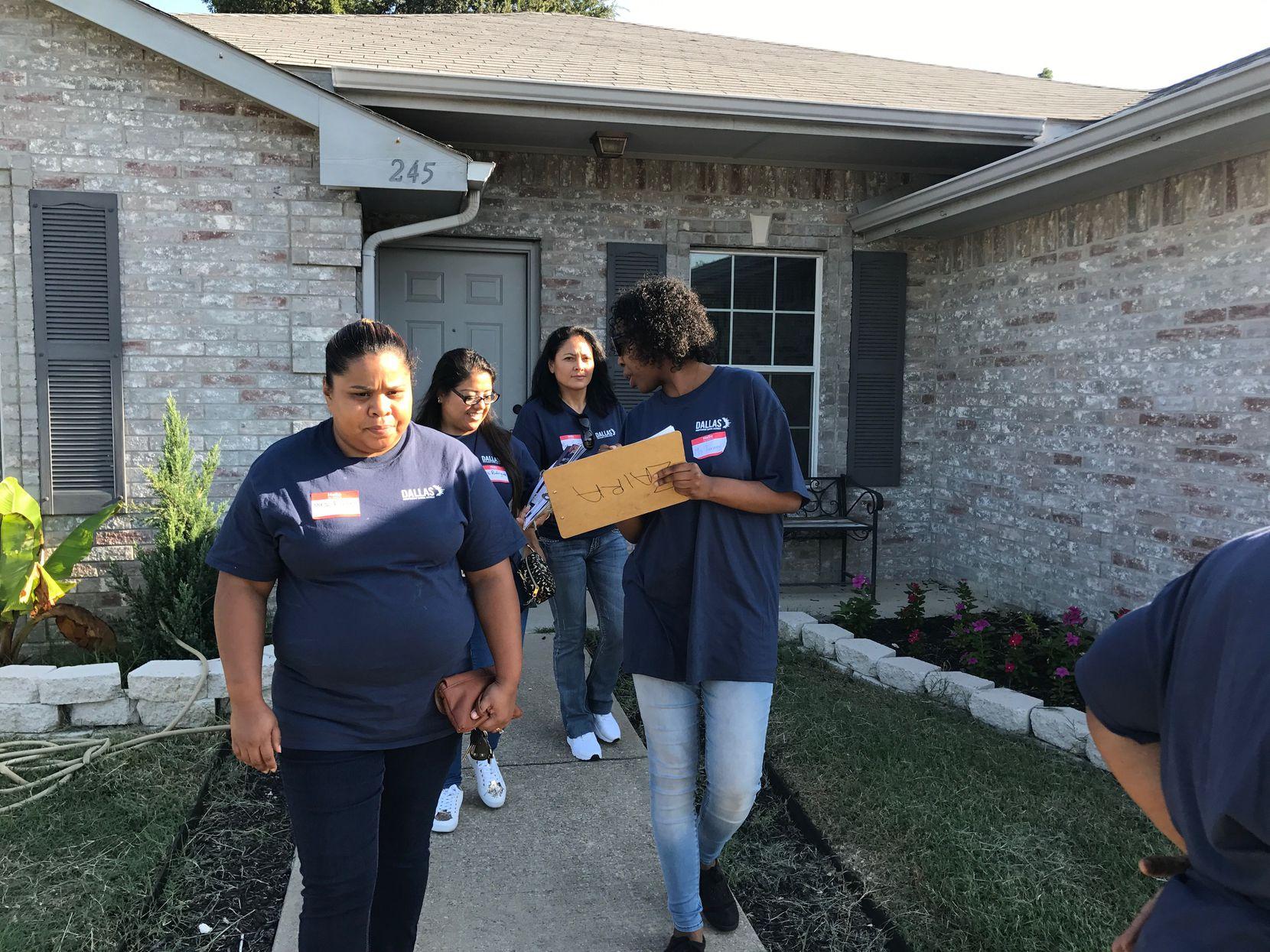 Un grupo de maestras tocó puertas en 13 casas de Oak Cliff para recordar a los estudiantes que el regreso a clases es inminente. ELVIA LIMÓN/DMN