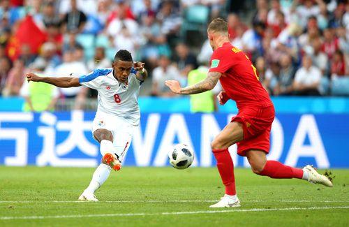 Toby Alderweireld, de Bélgica, bloquea un avance de Edgar Bárcenas, de Panamá. Los canaleros debutaron en el Mundial 2018. AFP-Getty Images