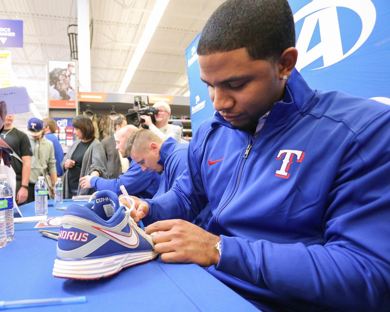 Elvis Andrus firmando autógrafos este fin de semana. Foto cortesía Texas Rangers.