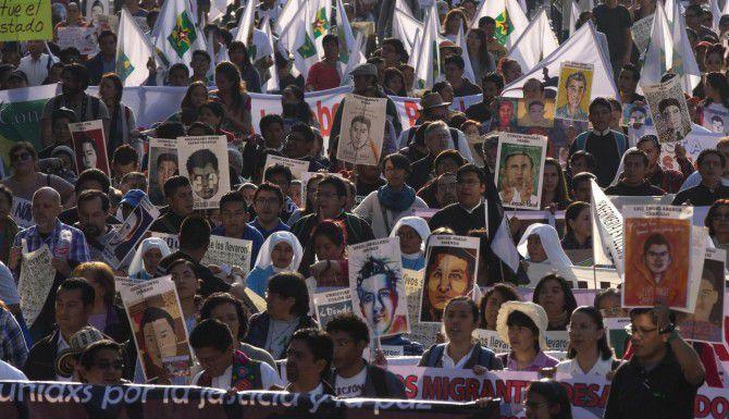 Manifestantes protestan en la Ciudad de México conta el gobierno mexicano por el caso de los 43 estudiantes desaparecidos de Ayotzinapa, Guerrero. (AP/REBECCA BLACKWELL)