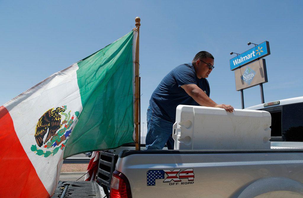 Con una bandera mexicana volando desde su camioneta y un logotipo con el tema de la bandera estadounidense, Gabriel González reparte agua en el lugar de un tiroteo masivo en un complejo comercial el domingo 4 de agosto de 2019 en El Paso, Texas.