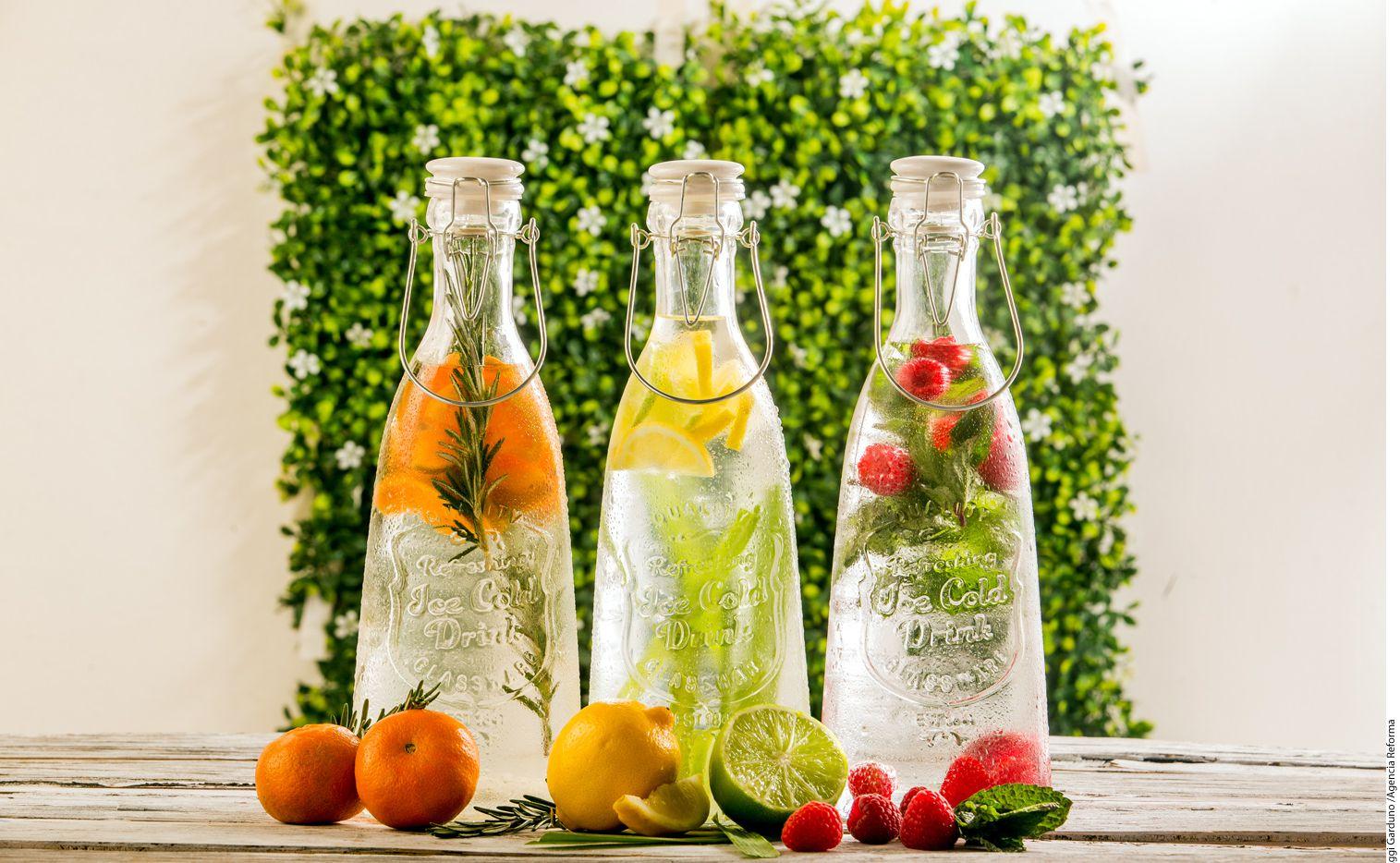 Si te cuesta cumplir con la cuota diaria de agua, infusiona frutas y hierbas en frío. Así, mantenerte hidratado ya no será una penitencia./ AGENCIA REFORMA