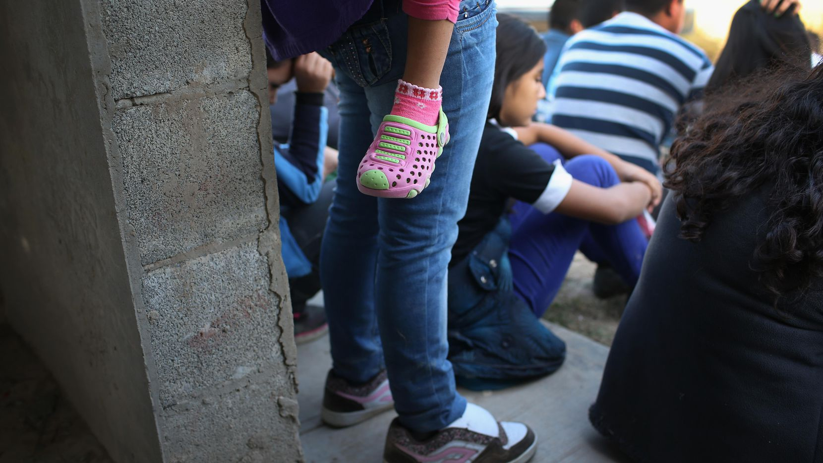 Inmigrantes de Centroamérica esperan ser procesados luego que fueron aprendidos al cruzar la frontera en la zona de Rio Grande City, al sur de Texas.(GETTY IMAGES)
