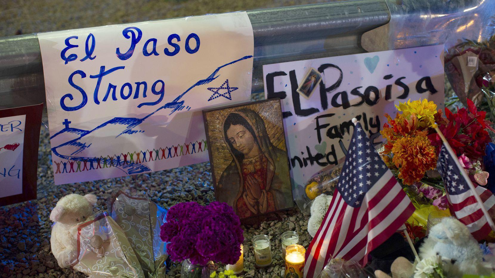 Mensajes y veladoras en el sitio conmemorativo donde ocurrió el tiroteo que cobró la vida de 22 personas en El Paso, el 3 de agosto.