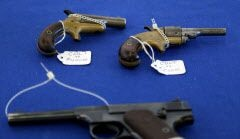 Unas armas antiguas descansan en el Show de Armas y Cuchillos de Dallas. Foto: BRAD LOPER/DMN
