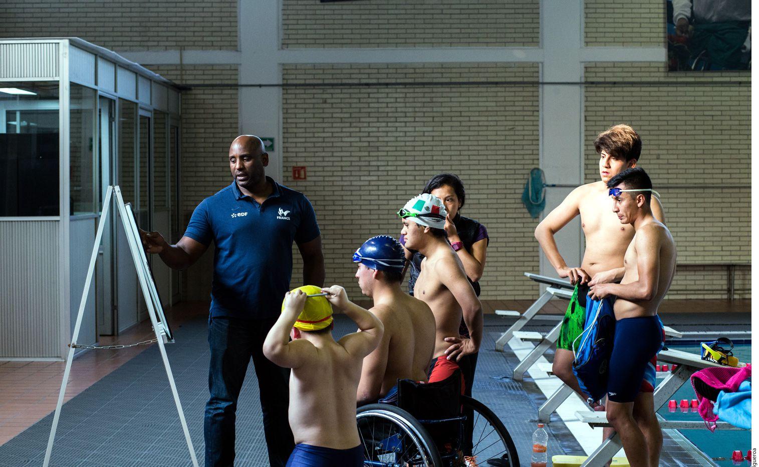 A la mayoría de los atletas de José Ulises Menéndez González (izq.) les falta la pierna derecha, a un nadador con síndrome de Down, la explicación se le traduce con señas y puntos de referencia. AGENCIA REFORMA