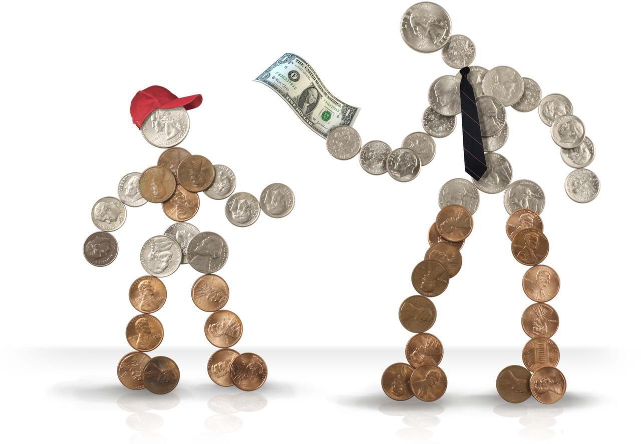 Los padres influyen en cómo los hijos perciben el ahorro y el gasto. (MCT/ARCHIVO)