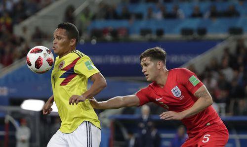 John Stones trata de sujetar a Carlos Bacca en el duelo entre Inglaterra y Colombia en octavos de final del Mundial. Foto AP