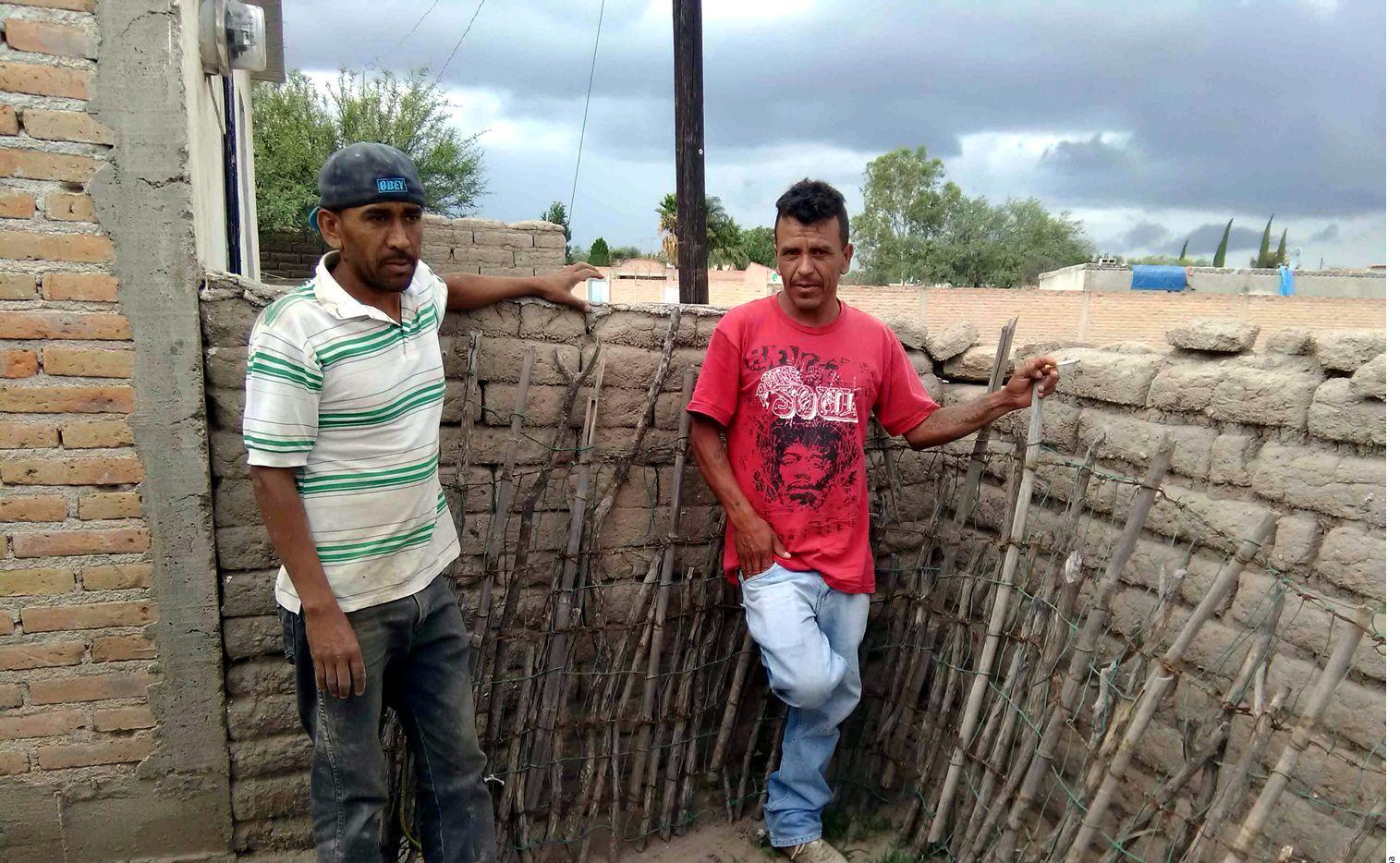 Hermanos de Juan Rodríguez Aspeitia, migrante muerto en San Antonio. Foto AGENCIA REFORMA