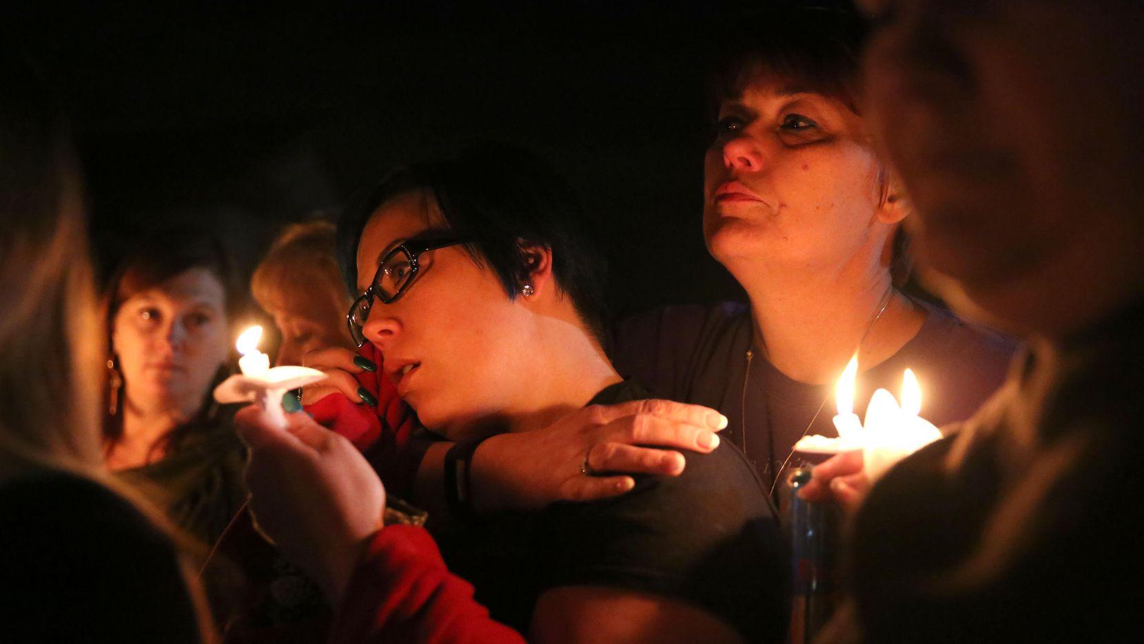 Meagan Lillie (izq.), una amiga de Christina Morris, durnate una vigilia realizada la noche del jueves en el sitio donde se encontraron sus restos. (DMN/ROSE BACA)
