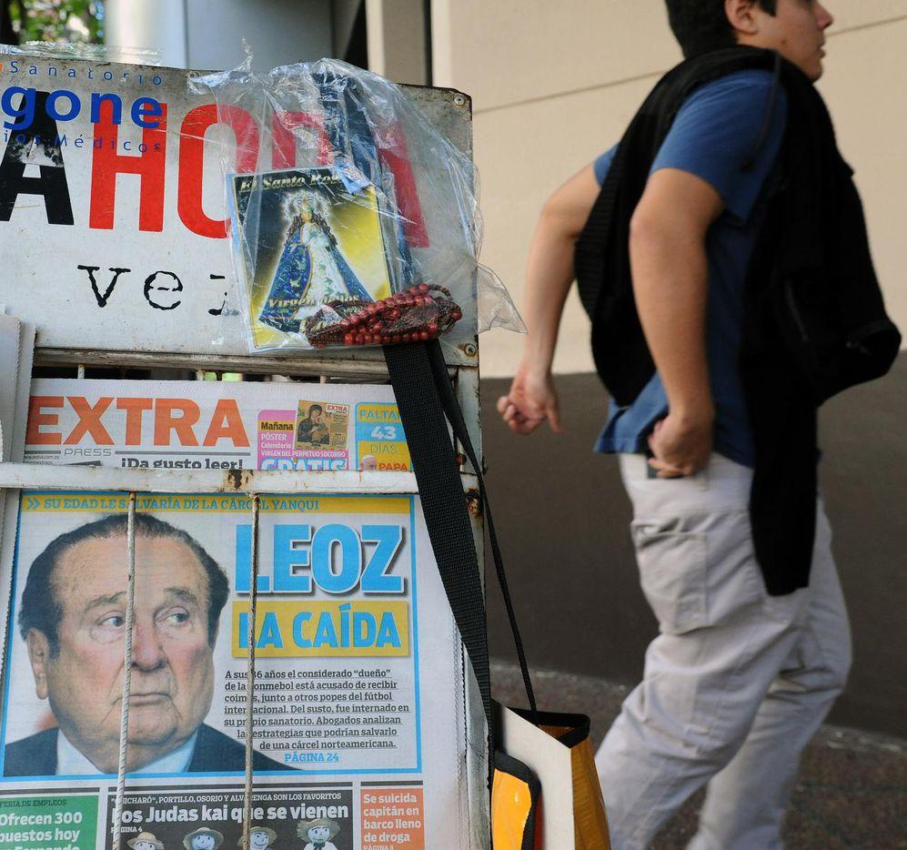 Portadas de periódicos en Asunción de Paraguay destacan las denuncias sobre Nicolás Leoz, expresidente de Conmebol. (AFP/GETTY IMAGES/NORBERTO DUARTE)