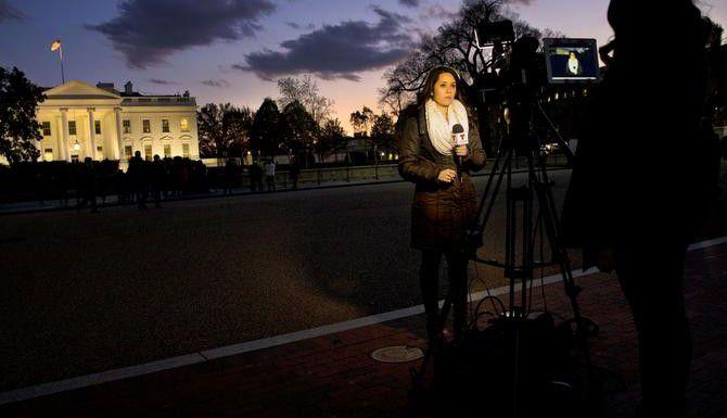 Periodistas afuera de la Cas Blanca se alistan para el mensaje del presidente Barack Obama sobre su decreto de migración. (AP/JAQUELYN MARTIN)