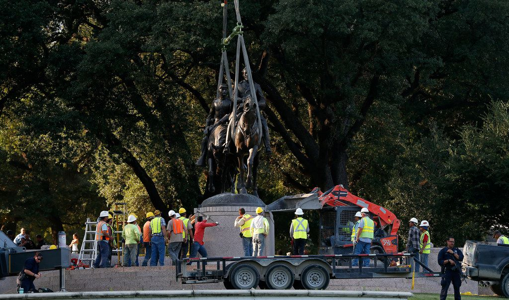 Crew members worked to remove the Robert E. Lee statue at the now-former Lee Park in Dallas on Sept. 14, 2017.