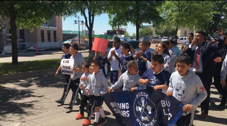 Activistas recorrieron desde la catedral Santuario de Nuestra Señora de Guadalupe hasta el Farmers Market, en el centro de Dallas, en honor al activista César Chávez.