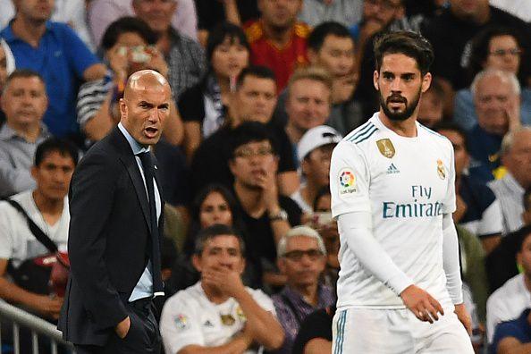 Zinedine Zidane tuvo el martes antes de los entrenamientos una charla más larga que lo usual con sus jugadores del Real Madrid para hablar de los problemas del equipo en la liga española. Foto GETTY IMAGES