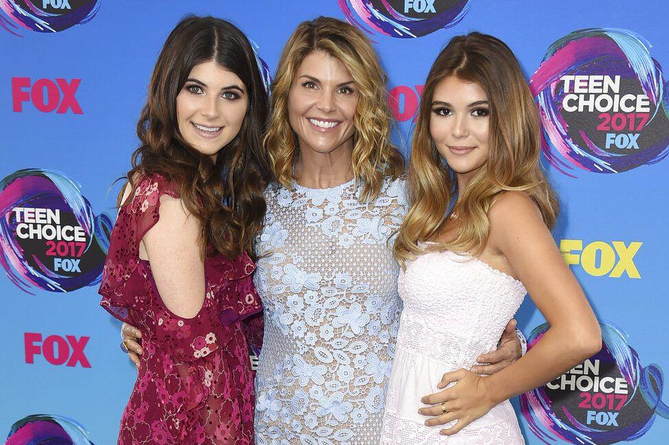 En esta foto del 13 de agosto del 2017, la actriz Lori Loughlin, en el centro, posa con sus hijas Bella, a la izquierda, y Olivia Jade en la ceremonia de los premios Teen Choice en Los Angeles. (Foto por Jordan Strauss/Invision/AP, Archivo)