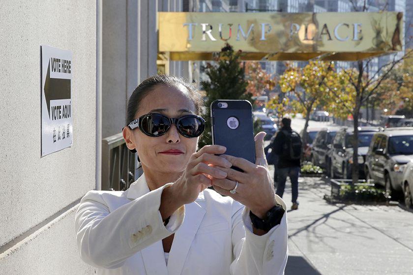 Una mujer se toma un selfie en frente del complejo de apartamentos Trump Place. (ARCHIVO?AP)