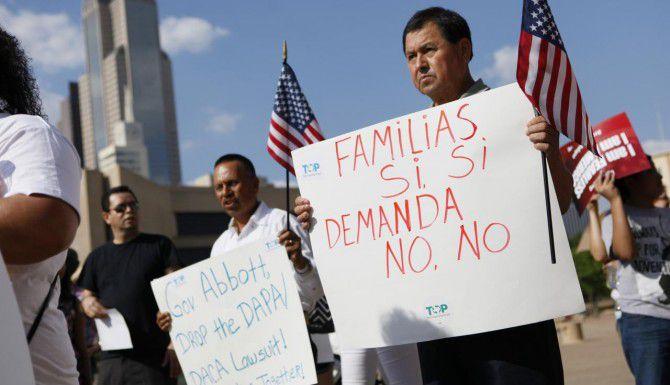Eugenio Mendoza (der) y Esteban López (izq.) participan en una marcha a favor de la migración junto a decenas de simpatizantes en el centro de Dallas. (ESPECIAL PARA AL DÍA/BEN TORRES)