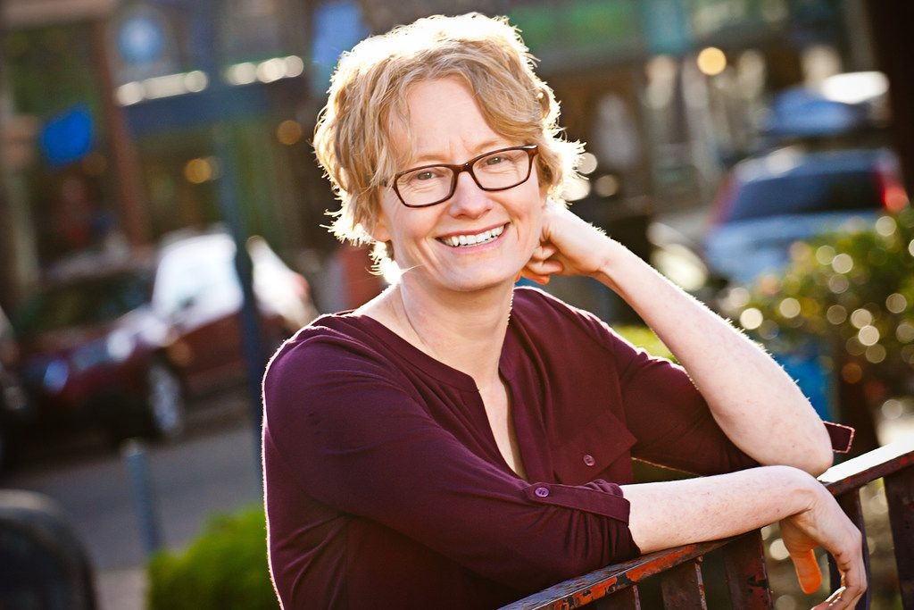 Best-selling author Amy Stewart is an Arlington native and an alumnus of Arlington High School and the University of Texas at Austin.