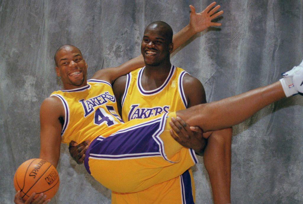Shaquille O'Neal carga a Sean Rooks cuando ambos jugaban con los Lakers. Foto ARCHIVO AP