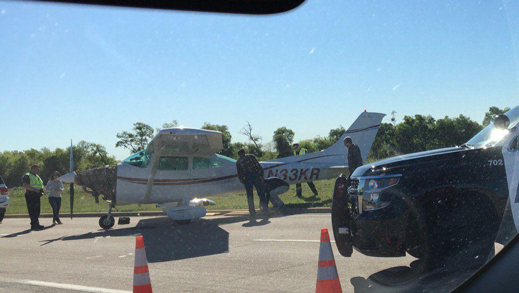 Una avioneta hizo un aterrizaje de emergencia la ruta de servicio de la autopista 121 entre Plano y Allen.