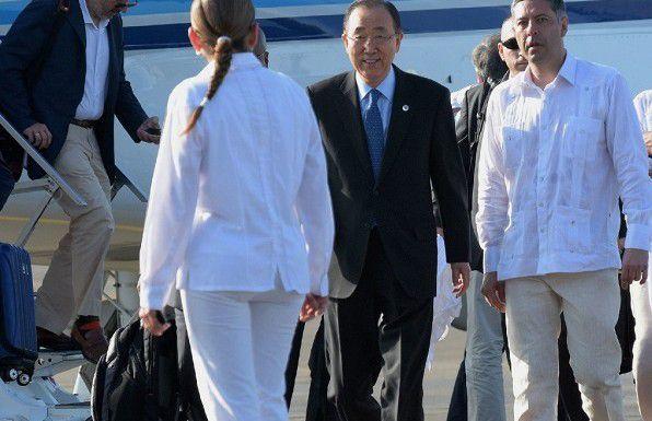 El Secretario General de las Naciones Unidas, Ban Ki-moon llega al aeropuerto internacional Rafael Núñez en Cartagena. (AFP/GETTY IMAGES)